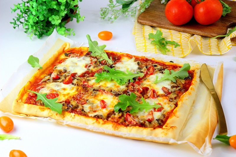 pizza tomates champignons mozzarella, une recette gourmande et facile à faire.