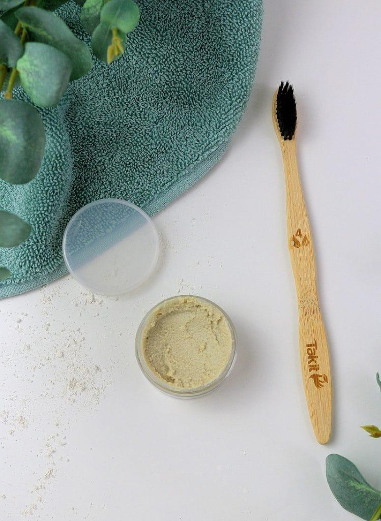 Recette naturelle et facile pour faire son dentifrice maison.