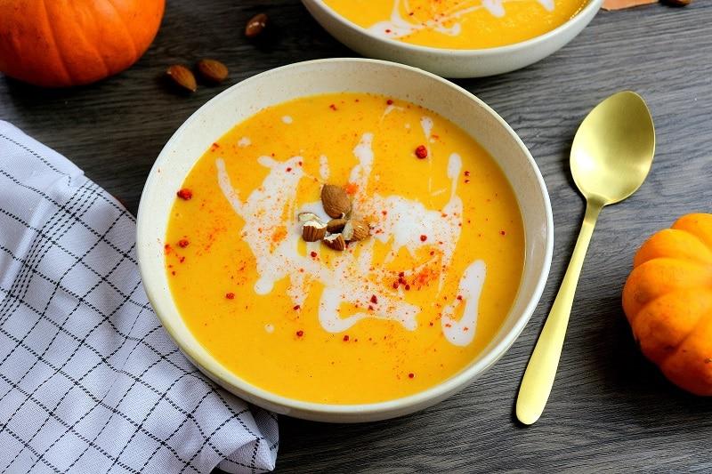 Velouté d'automne à la citrouille. plat végétarien et healthy.