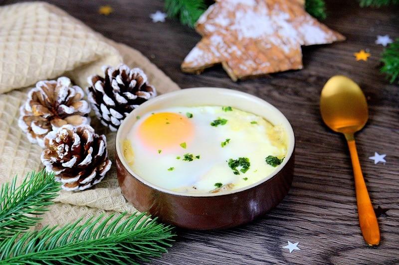 Recette d'œufs cocottes végétariens. Une entrée parfaite pour Noël.