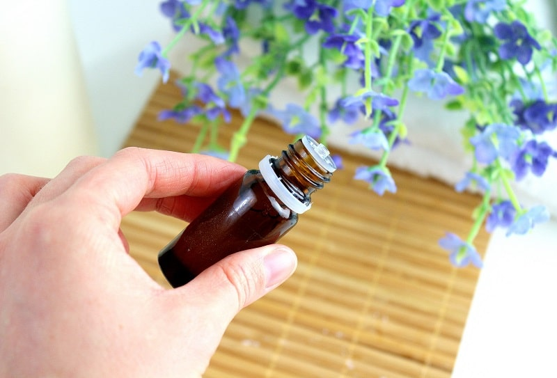 Toutes les propriétés des huiles essentielles, un indispensable à ma routine beauté bio et naturelle.
