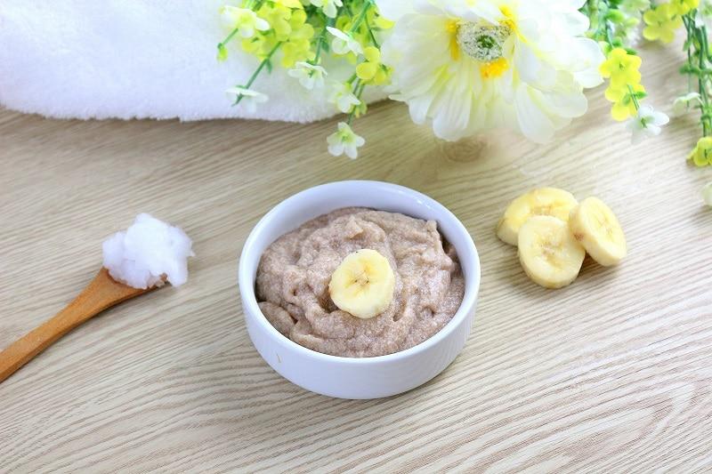 Masque maison à la banane et au miel pour cheveux secs.