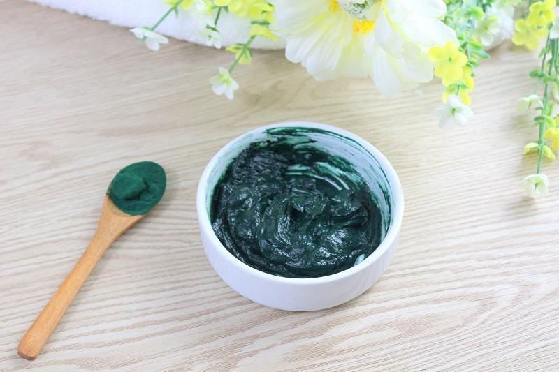 Masque maison au rhassoul et à la spiruline pour réparer les cheveux abîmés.