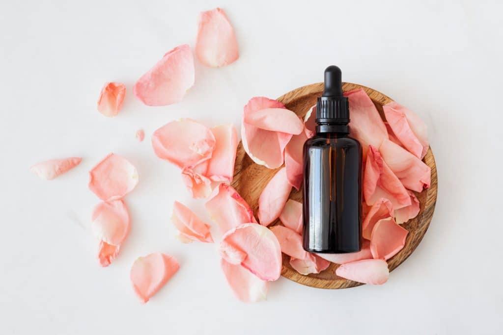 10 astuces naturelles pour éliminer l'acné et retrouver une jolie peau. Des astuces naturelles avec une routine beauté minimaliste pour lutter contre les boutons, points noirs, pores dilatés, kystes...