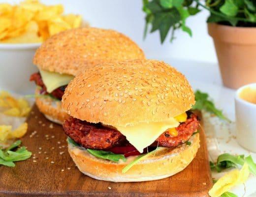Recette de burgers végétariens. Facile à faire avec un steak de légumineuses comme alternative à la viande.